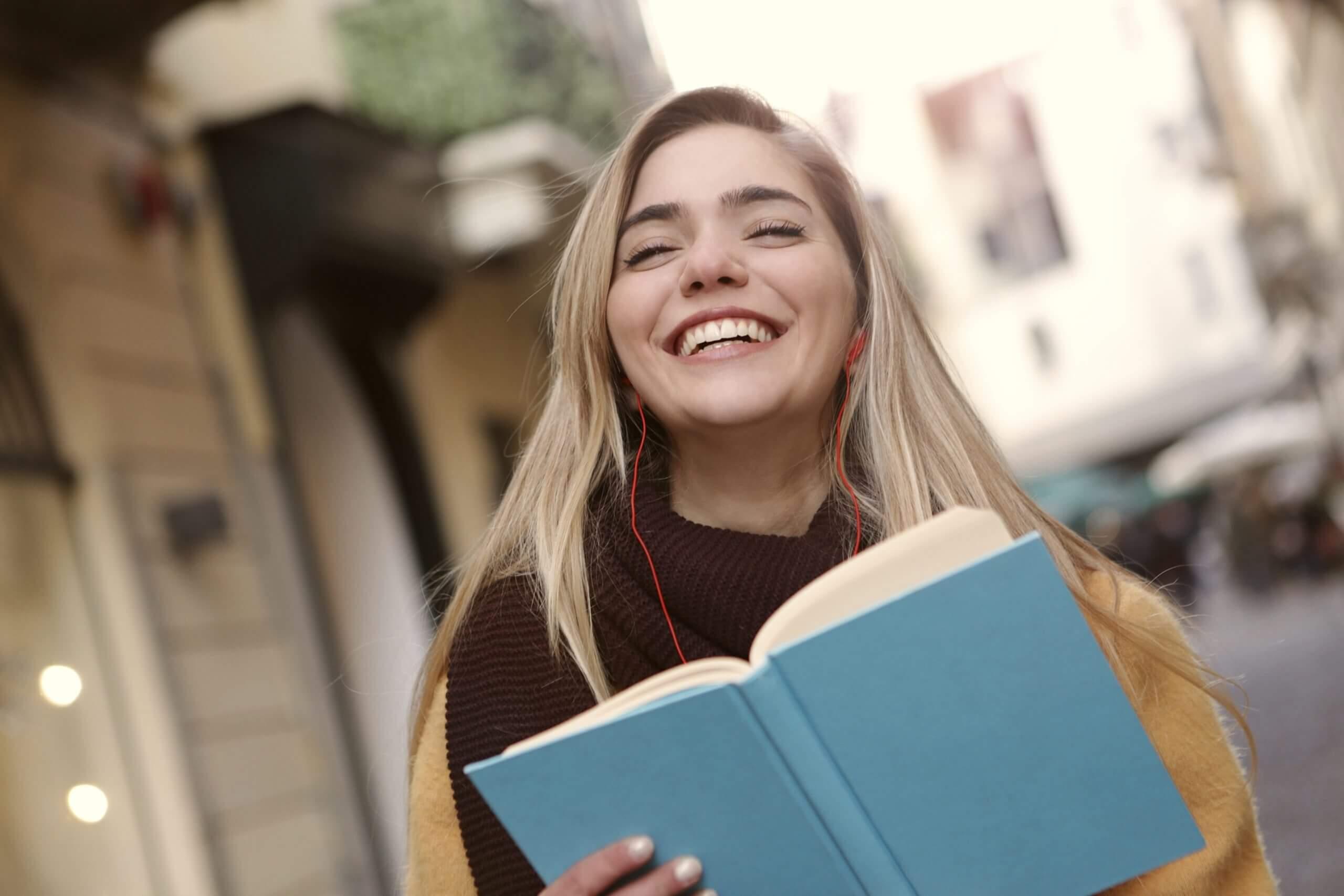 Schülerin glücklich über Schulnote